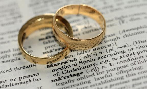 Bagaimana Hukum Menikah Beda Agama?