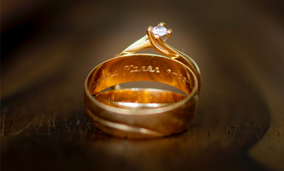 Bagaimana Hukum Laki-Laki Memakai Emas?