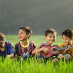 Bagaimana Hukum dan Keutamaan Memelihara Anak Yatim?